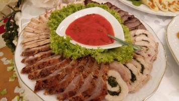 Asorti din carne cu sos din ardei copt