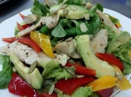 Salata cu avocado si fileu de pui