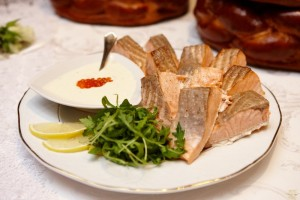 Steak de somon cu sos de cascaval si caviar