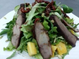 Salata mixt cu fileu de rata si mango